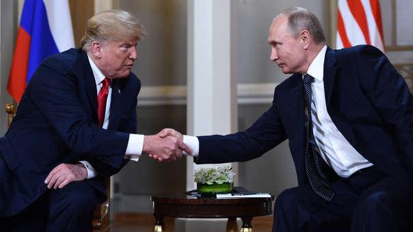 Trump intenta calmar la tormenta política que causó reunión con Putin