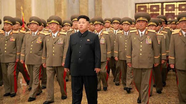 Kim Jong-un junto a miembros de sus fuerzas militares.