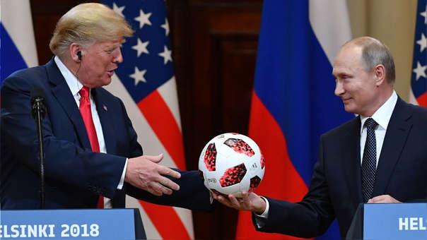 Vladímir Putin regaló una pelota del Mundial Rusia 2018 a Donald Trump.