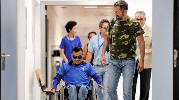 El doctor Pedro Cavadas reconstruyó una separación completa de la columna vertebral y la pelvis usando hueso del peroné del joven guatemalteco.