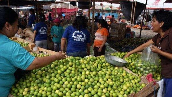 Según estadística delSistema de Abastecimiento y Precios (SISAP),el precio mayorista del kilo de limón en cajón se cotizabael 1 de este mes en S/ 1.22, y hoy se vende a S/1.45.