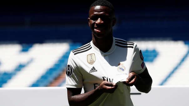Real Madrid  Vinicius Junior fue presentado oficialmente en el ... 11f3dd3e3ad6c