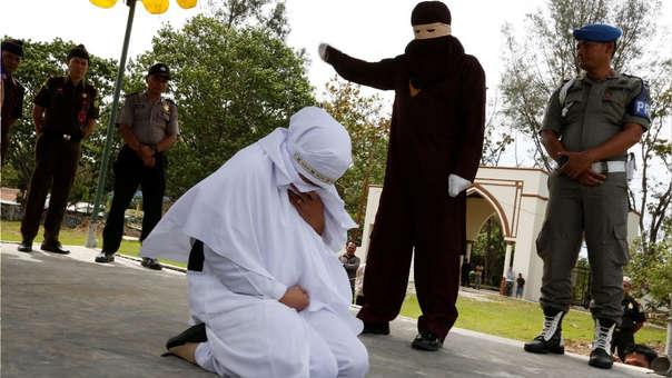 Una mujer es azotada por haber mantenido relaciones sexuales fuera del matrimonio en en Jantho, Aceh, Indonesia.