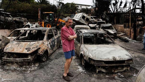 Un vecino observa los destrozos en una vivienda en Mati, Grecia.