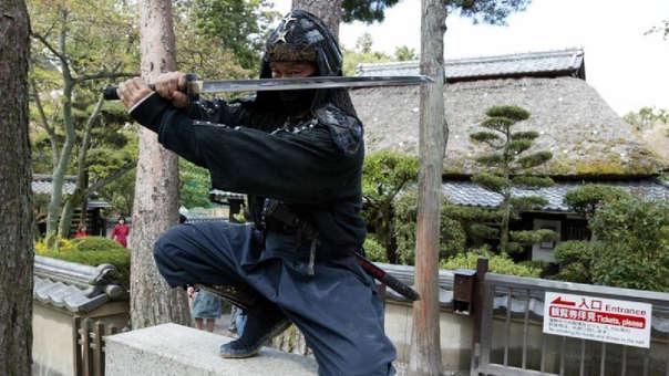 Un hombre con un atuendo tradicional de antiguo guerrero ninja.