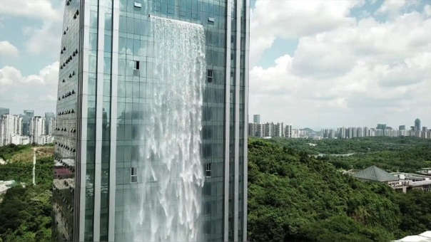 El rascacielos que tiene su propia cascada de 108 metros de altura