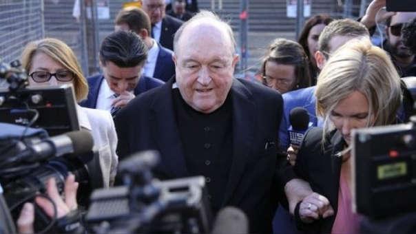 El renunciante arzobispo Philip Wilson.