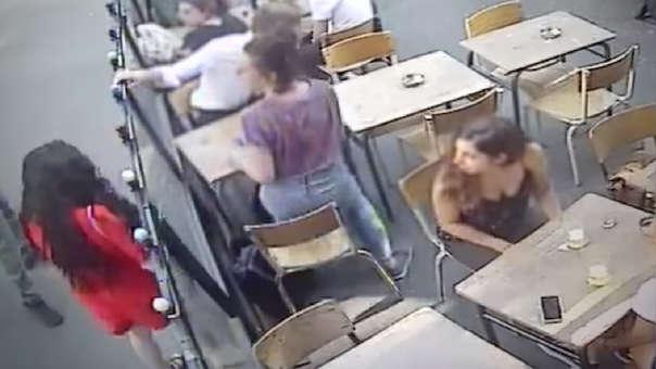 Acosador golpea a joven mujer que lo increpó — Brutal