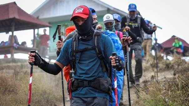 Los montañistas durante la evacuación en Indonesia.