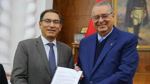 Allan Wagner (derecha) junto a Martín Vizcarra, a quien le entregó las propuesta de su comisión antes del 28 de julio.