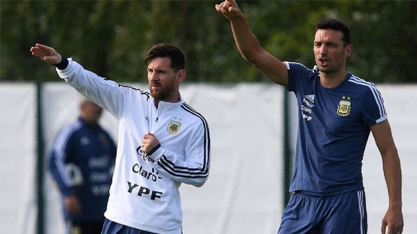 Lionel Messi junto a Scaloni, quien fue parte del Comando Técnico de Jorge Sampaoli en Rusia 2018.