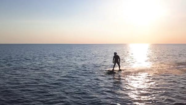 Esta tabla te permite surfear sobre un mar sin olas