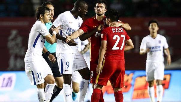 El club del jugador senegalés expresó su apoyo tras el incidente.