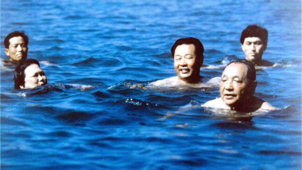 Deng Xiaoping durante una vacación del partido en 1987.