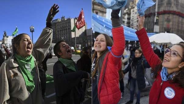 Manifestantes a favor (izquierda) y en contra (derecha) de la legalización del aborto.