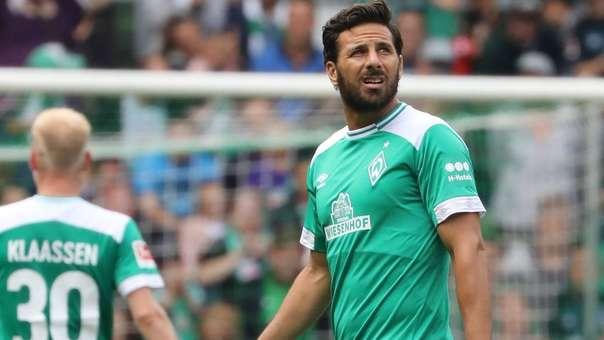 Claudio Pizarro regresó al Weserstadion y fue ovacionado por los hinchas tras su ingreso.