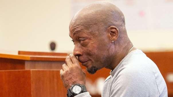 Dewayne Johnson llora tras escuchar el veredicto del juicio que ganó.