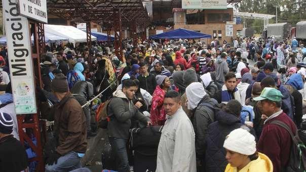 Ciudadanos venezolanos esperan para ingresar a Ecuador en el puente Rumichaca, en la frontera con Colombia.