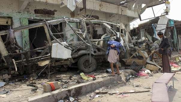 Yemeníes examinan el bus destruido en el ataque, en el cual 40 niños que iban en un paseo escolar murieron.
