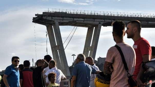 Ciudadanos miran la zona del accidente en Italia.