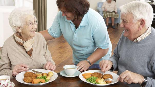 Resultado de imagen para adulto mayor comiendo