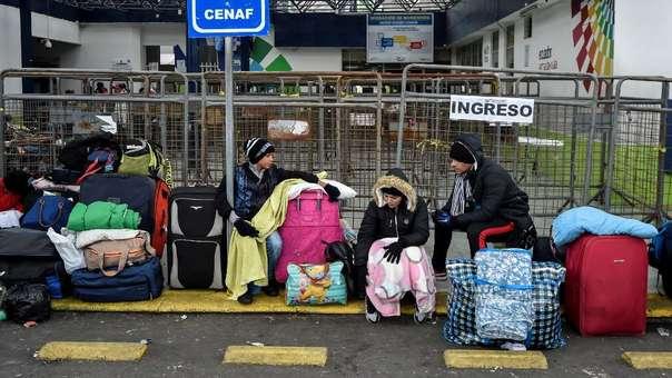 Ciudadanos venezolanos en la frontera entre Ecuador y Colombia, donde se reporta una situación similar a la de la frontera con Perú.