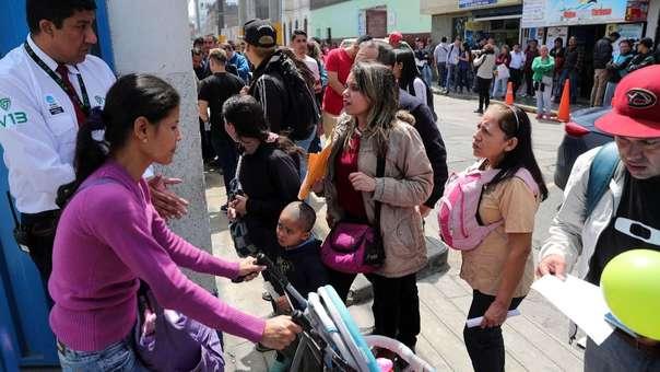 ecenas de migrantes venezolanos hacen cola para tramitar el Permiso Temporal de Permanencia que les permita quedarse en el Perú.