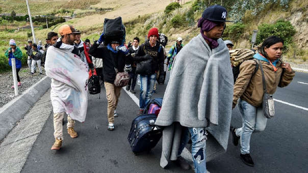 Venezolanos en camino a Perú a través de la carretera Panamericana en Tulcán, Ecuador.