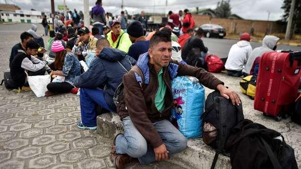 Inmigrantes venezolanos descansan en su camino hacia Perú en Tulcán, Ecuador, luego de cruzar Colombia.