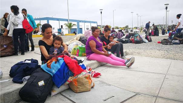 Muchas familias de Venezuela con niños llegaron y esperaron por largas horas a ser atendidos en el Centro Binacional Fronterizo en Tumbes.