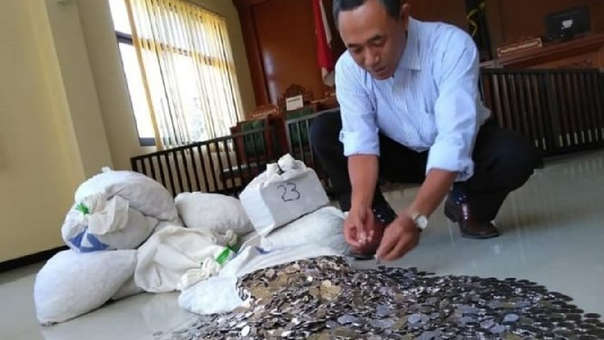 El funcionario dijo que necesitó de la colaboración de amigos para pagar la indemnización.
