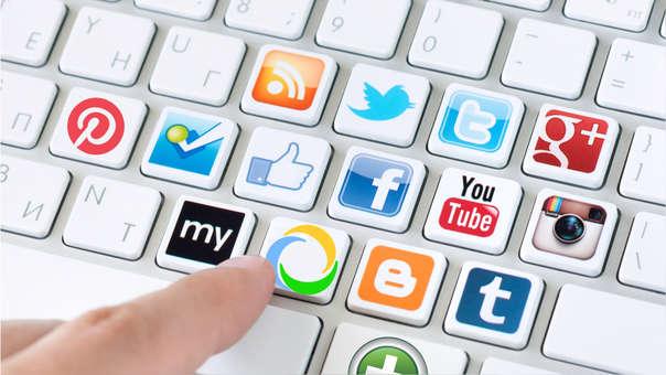 El 48% de estos adultos cuenta con una red social, donde Facebook y WhatsApp son las más populares.