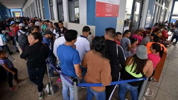 Ciudadanos venezolanos en el Centros Binacionales de Atención en Frontera (CEBAF) en Tumbes.