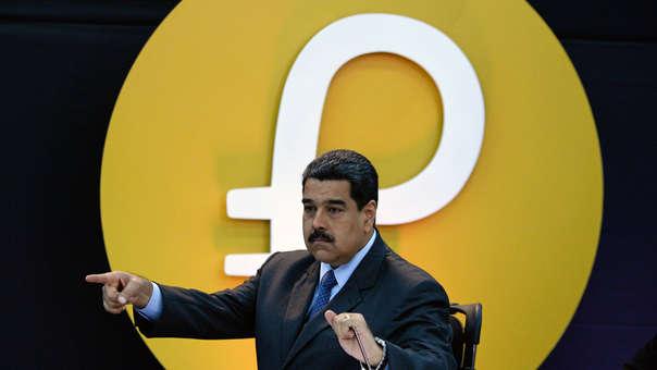 Maduro con el logo del Petro en el fondo.