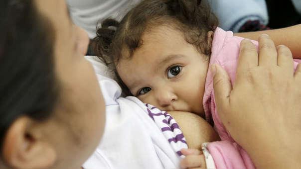 La leche materna exclusiva y única dentro de los primeros seis meses de vida, garantiza el desarrollo y crecimiento en peso y talla del bebé, pero también potencia las habilidades e inteligencia del niño.