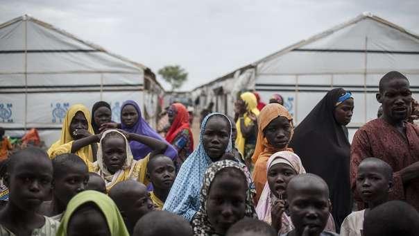 Hombres y mujeres en un campamento de desplazados por el terrorismo en Nigeria.