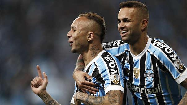 Luan junto a Everton festejando el primer gol de Gremio.