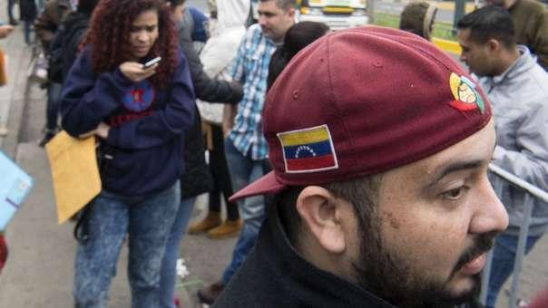 Ciudadanos venezolanos esperan su turno para conseguir una visa de residente o un PTP afuera de la oficina de Interpol.