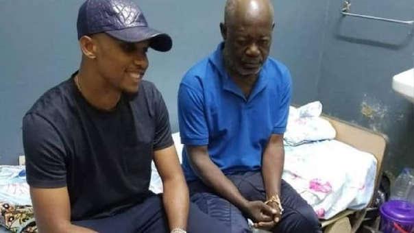 Samuel Eto'o junto al ídolo camerunés Norbert Owona.