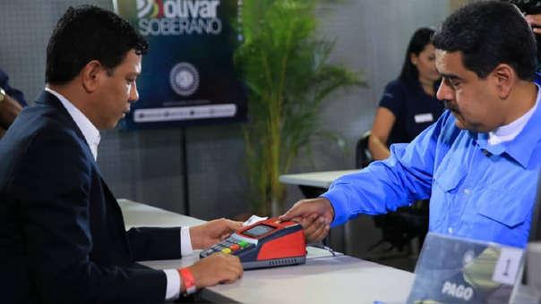 Nicolás Maduro comprando uno de los primeros certificados de ahorro en oro.