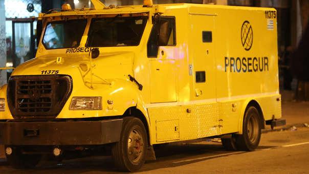Vista del camión blindado que fue asaltado en Montevideo.