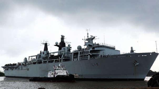 El buque HMS Albion, de la Marina Real británica,  en un puerto de Vietnam.