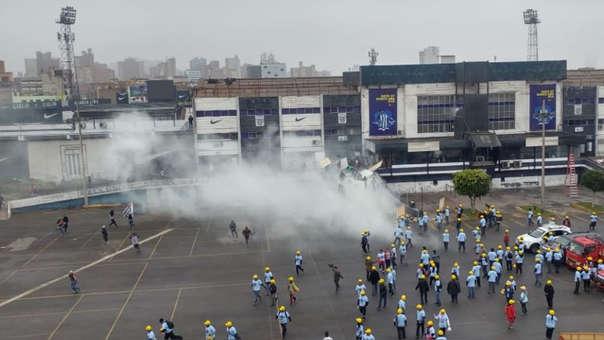 Barristas de Alianza Lima se enfrentaron a los seguidores de la iglesia evangélica que invadió el estadio Alejandro Villanueva.
