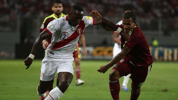 Luis Advíncula supera al venezolano Otero en el 2-2 que se dio en Lima.