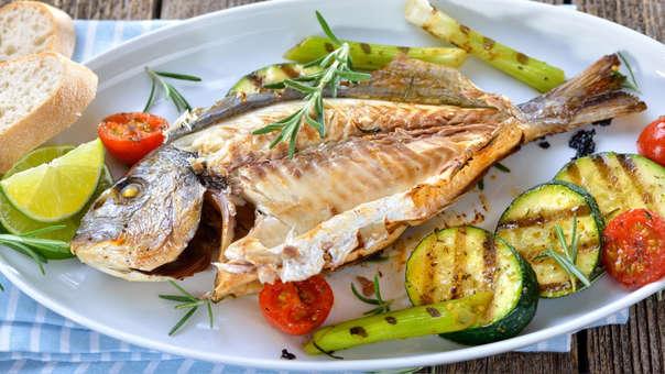 2. PESCADO  El pescado es uno de los alimentos más completos: no solo tiene un alto contenido de proteínas, sino que también brinda ácidos grasos Omega 3, EPA y DHA.