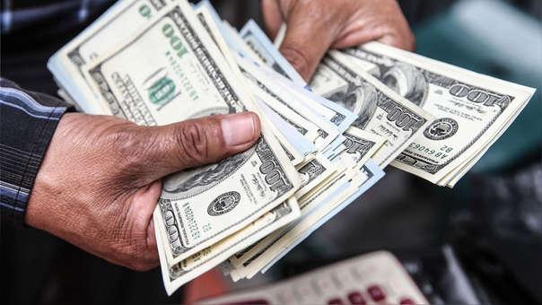 Dólar frenó su escalada pero se mantiene a niveles altos.