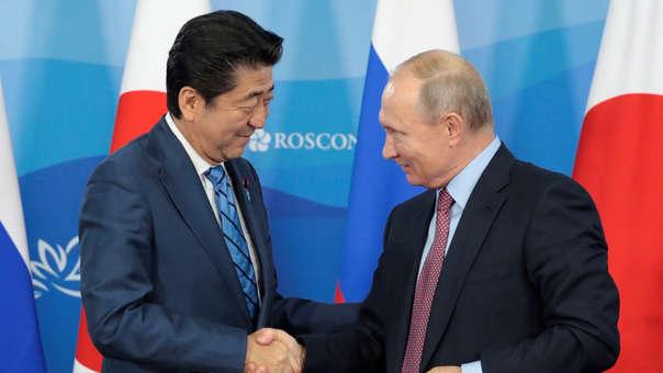 El presidente de Rusia, Vladímir Putin, saluda a su homólogo de Japón, Shinzo Abe.