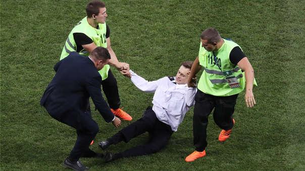Foto del momento en el que el activista ingresó a la cancha irrumpiendo el partido de la final.