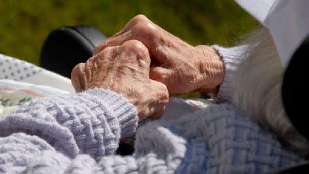 El alzheimer es una enfermeda degenerativa que afecta a la memoria y otras importantes funciones mentales.