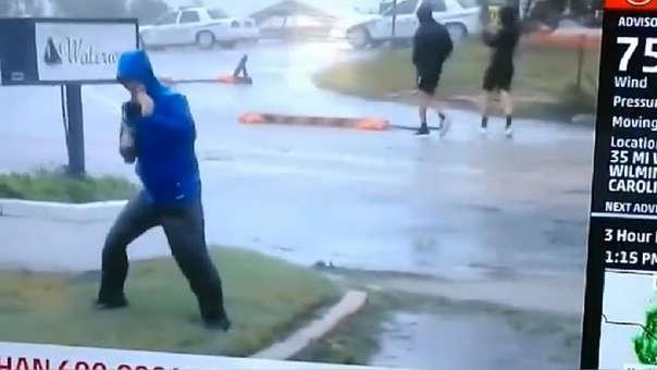 Peroidista durante huracán